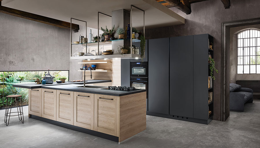 U-shaped kitchen in wood and black colour with ceiling hood