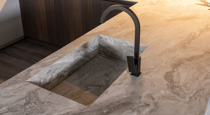Dettaglio del top cucina in hpl finitura marmo con lavabo integrato