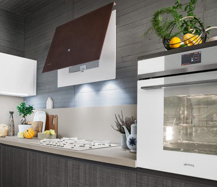 Cucina con piano beige ed elettrodomestici bianchi
