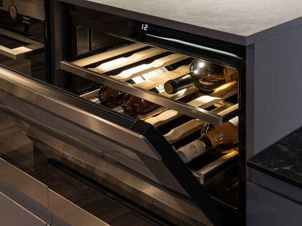 Cucina su misura con cantinetta vino inserita in una mezza colonna