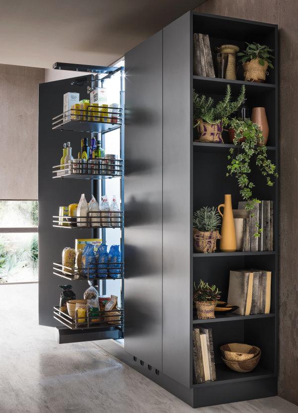 Cucina su misura con armadio con elemento terminale a giorno