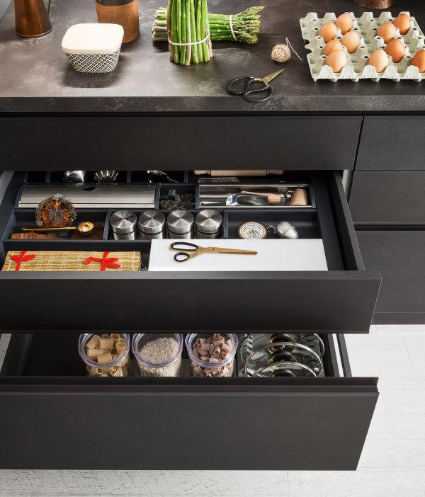 Cucina su misura con cassetti organizzati con pratici portaposate