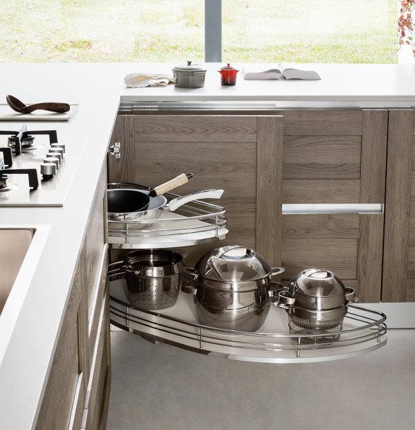 Cucina su misura con ripiani estraibili nel modulo angolare