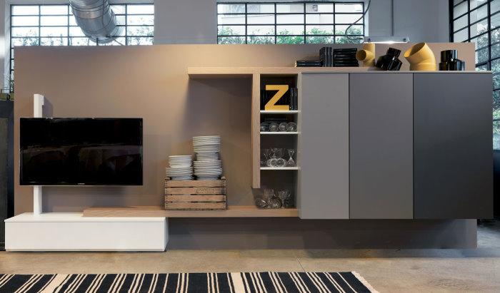 *CLICCA E SCOPRI QUESTA PARETE ATTREZZATA* <br/> In un open space le colonne armadietto di questa parete attrezzata possono essere usate anche come dispensa per oggetti della cucina