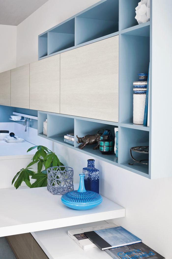 Dettaglio: pensili in legno bianco e mensole azzurre