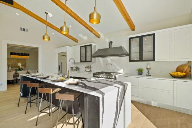 Vista della cucina lineare con isola centrale