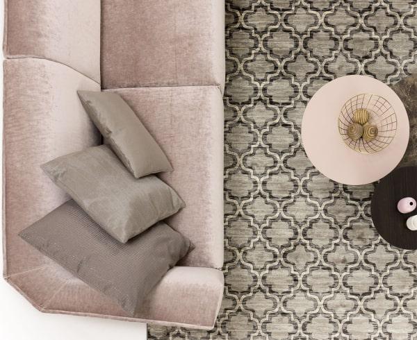 Salotto romantico: divano Davos, tavolini rotondi e tappeto fantasia