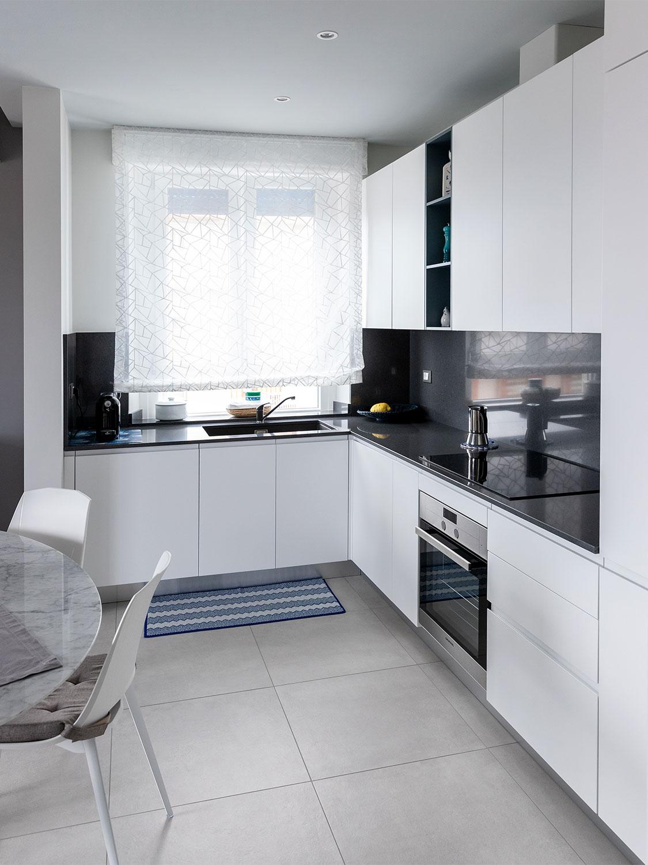 Cucina angolare in laccato bianco con top e schienale neri