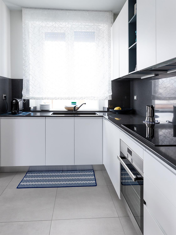 Cucina con lavello sotto la finestra