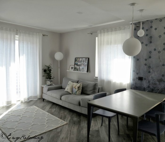 Foto: tavolo da pranzo allungabile grigio con gambe in metallo grigio scuro, divano grigio tono su tono