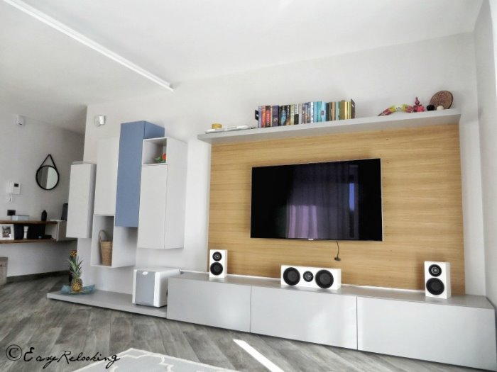 Foto: parete attrezzata Matrix con cestoni, panca a terra, pensili e mensola. Boiserie in legno su misura di realizzazione artigianale
