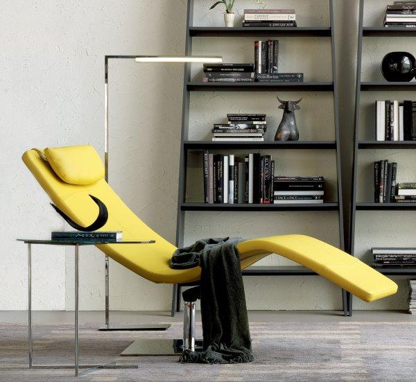 Angolo lettura con chaise longue, tavolino, lampada, libreria