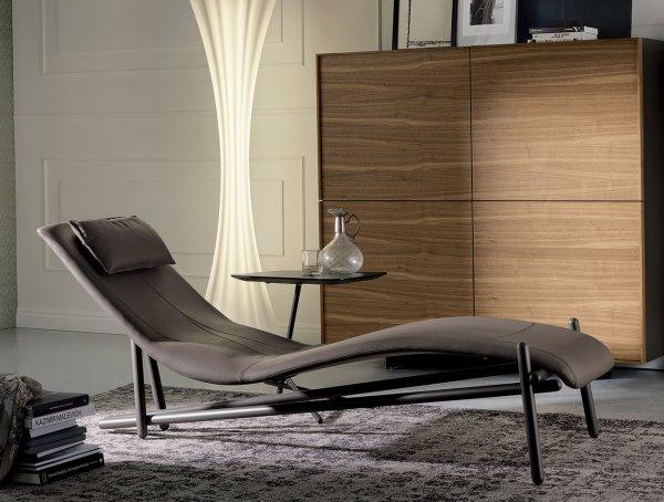 Angolo lettura con chaise longue, lampada, madia contenitore