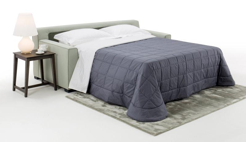 Divano letto con materasso alto 18 cm a molle indipendenti e rete a doghe di legno, che rendono il piano di riposo particolarmente comodo.