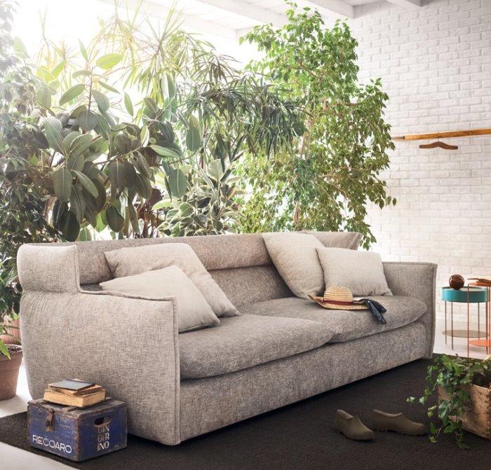 Divano in tessuto Destin circondato da piante d'appartamento in perfetto stile Urban Jungle