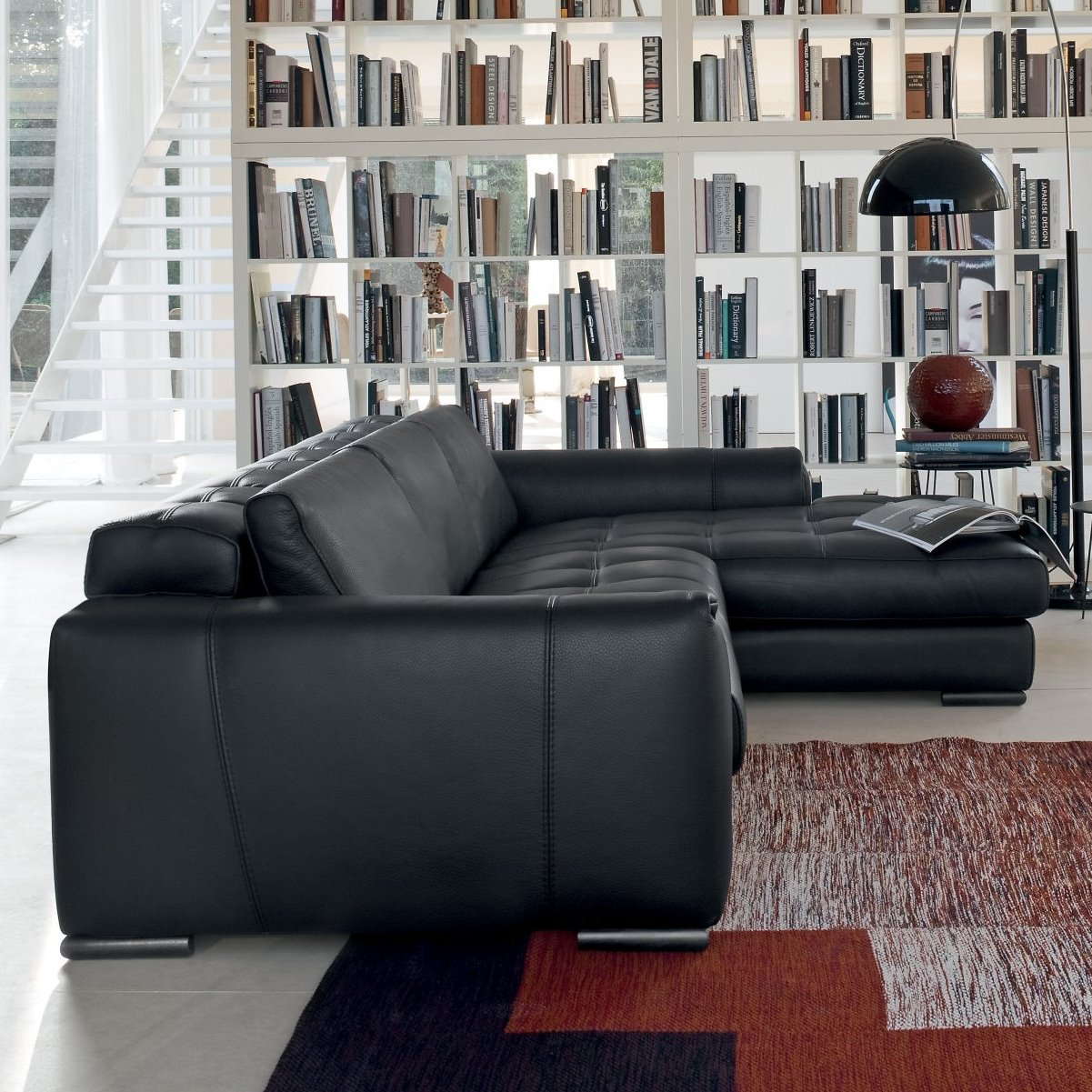 Idee divano nero sfumature di stile eleganza e for Ad giornale di arredamento