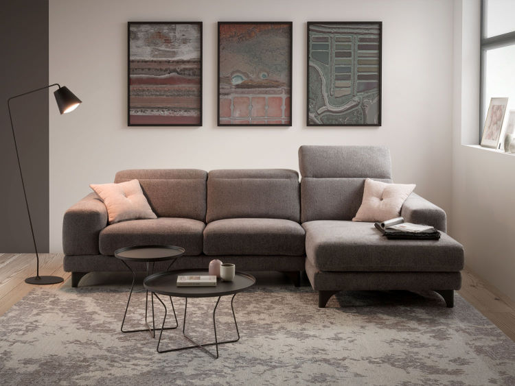 Divano con poggiatesta reclinabili e quadri sulla parete retrostante - Celtic