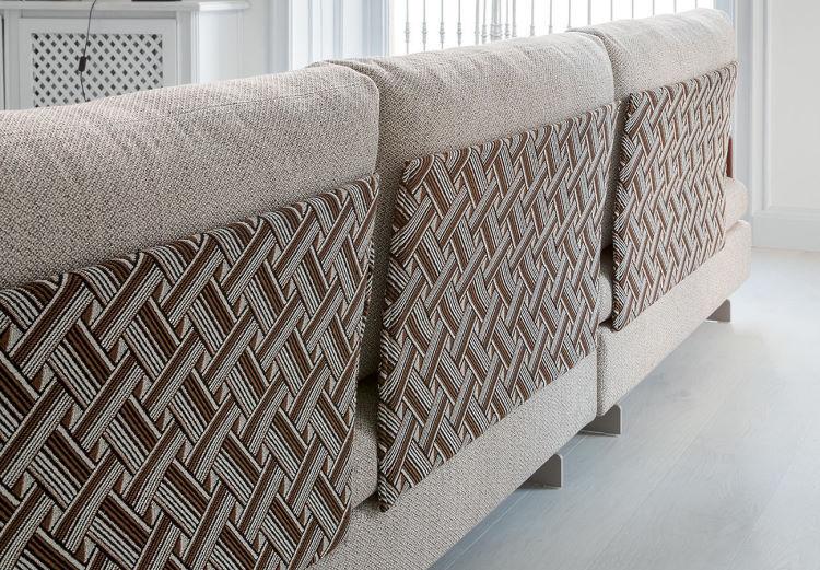 Dettaglio dello schienale del divano decorato - Gossip