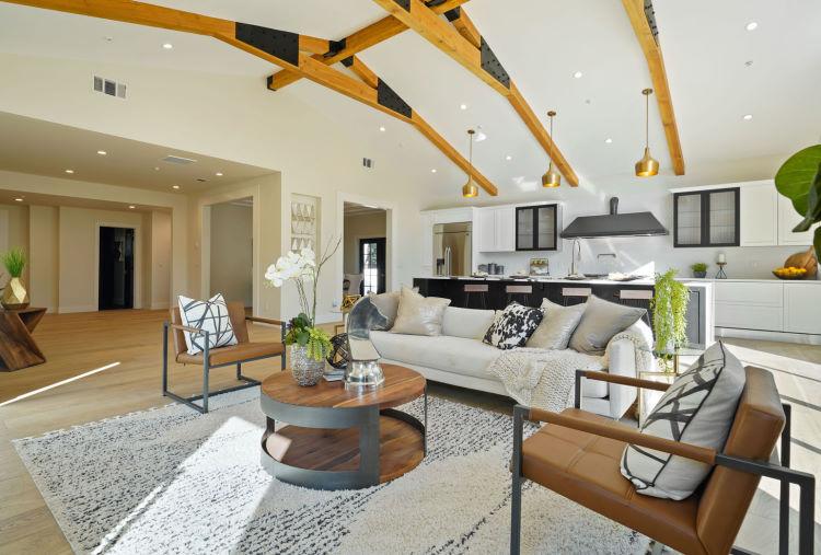 Open space con isola e divano centro stanza