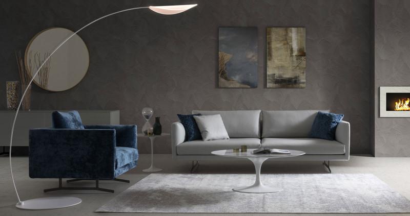 Salotto con divano in pelle grigio e poltrona e cuscinetti blu