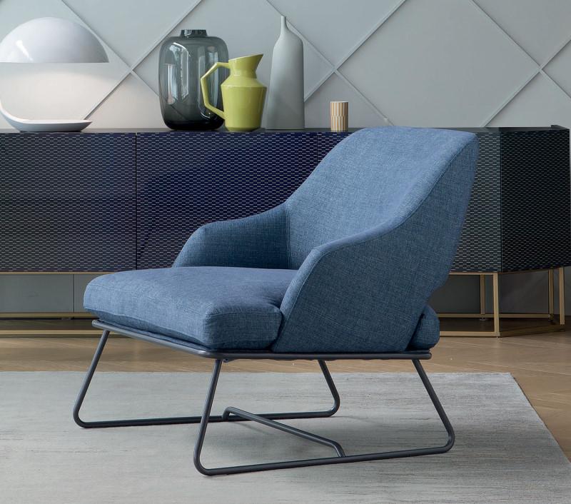 Poltrona seduta bassa blu con struttura in metallo