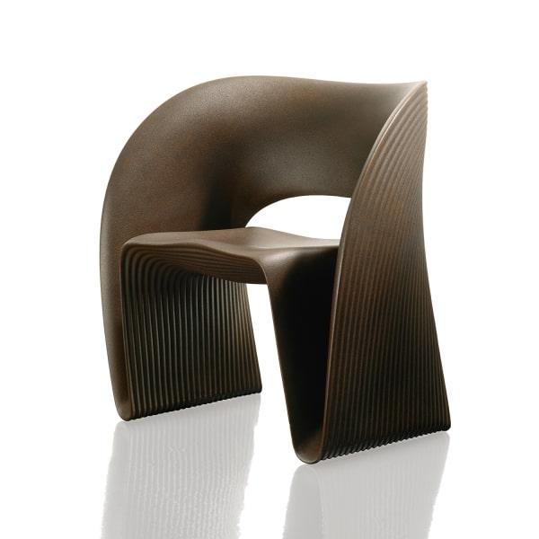 Poltrona marrone in plastica di design Raviolo