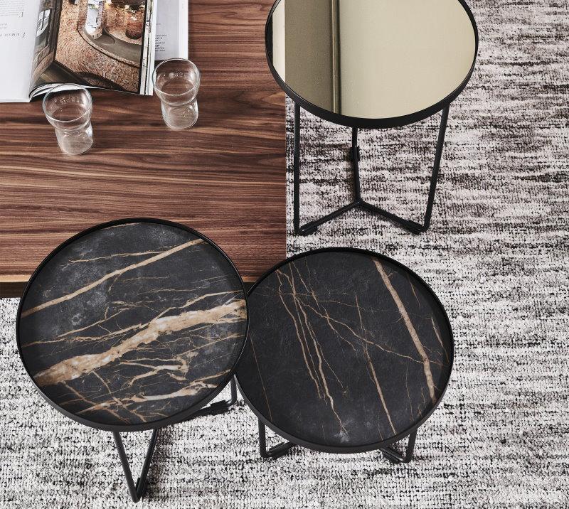 Tavolino rotondo con piano in marmo affiancato ad un tavolino rettangolare in legno - Billy