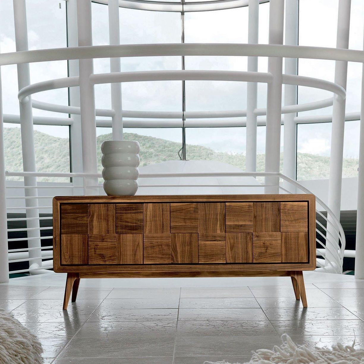 SCOPRI AIKO: credenza a 3 ante cm 192 in legno noce naturale con frontali effetto sega