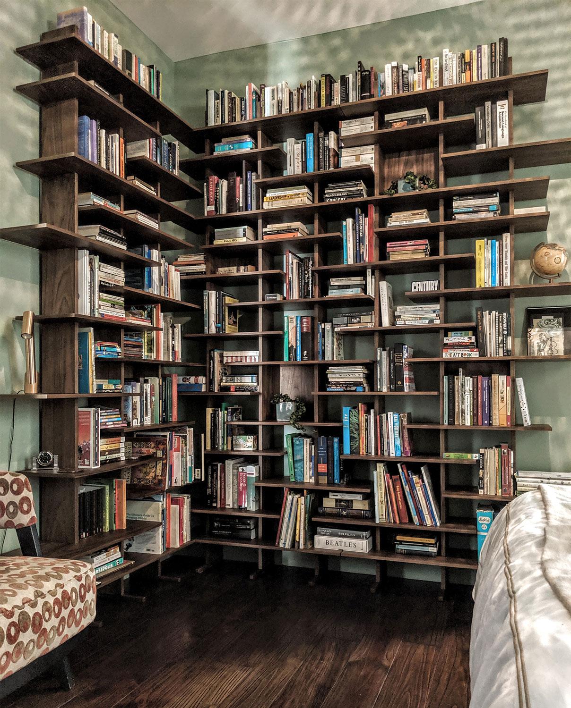 Grande libreria angolare con tanti ripiani per libri. (Foto Cliente)