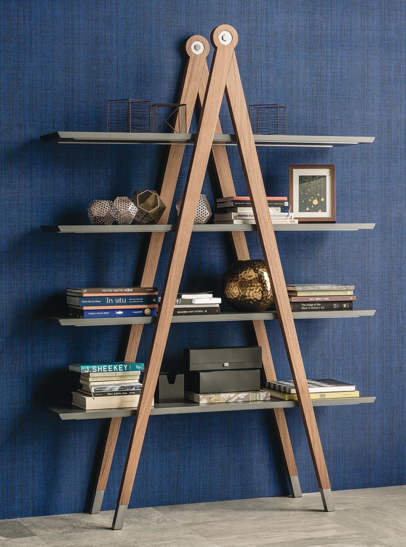 Libreria a scala in legno con ripiani grigi