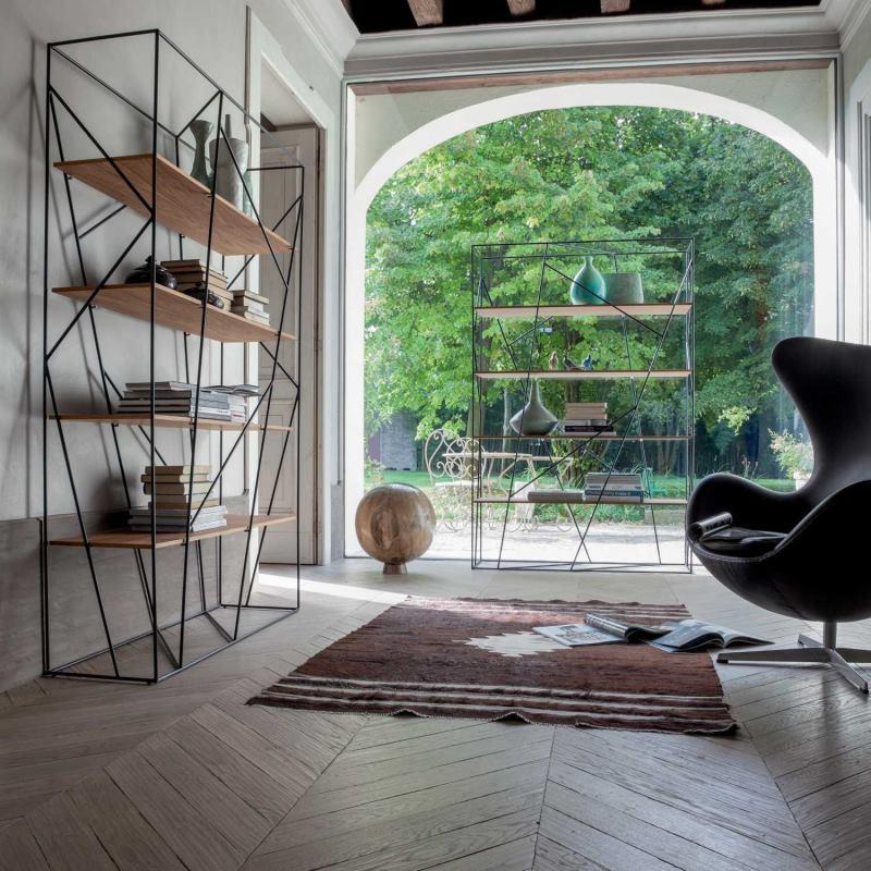Atrio di ingresso con tappeto, poltrona design e librerie bifacciali - Naviglio