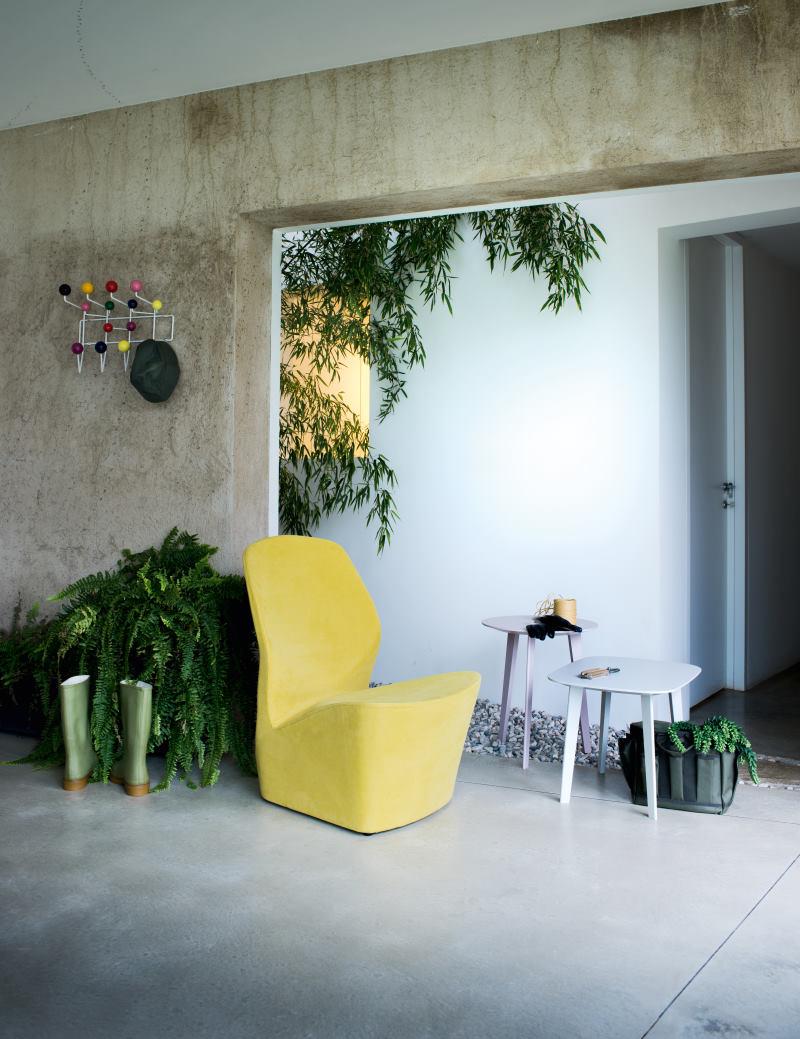 Ingresso piano terra con poltroncina e tavolini - Edith + Icaro