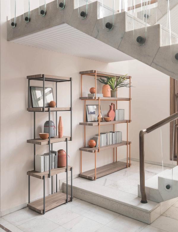Ingresso sotto scala con libreria in metallo e legno - Rain