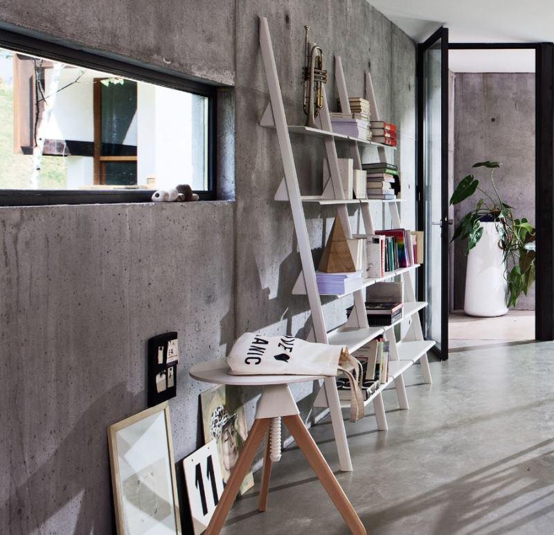 Corridoio lungo e stretto con libreria bianca a scala - Tyke