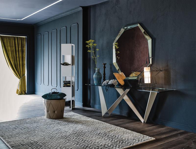 Grande ingresso con consolle, specchio, libreria e pouf - Westin + Emerald