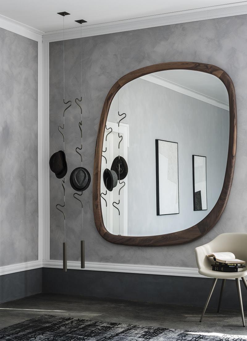 Ingresso ampio con poltroncina, specchio e appendiabiti a soffitto - Janeiro + Air