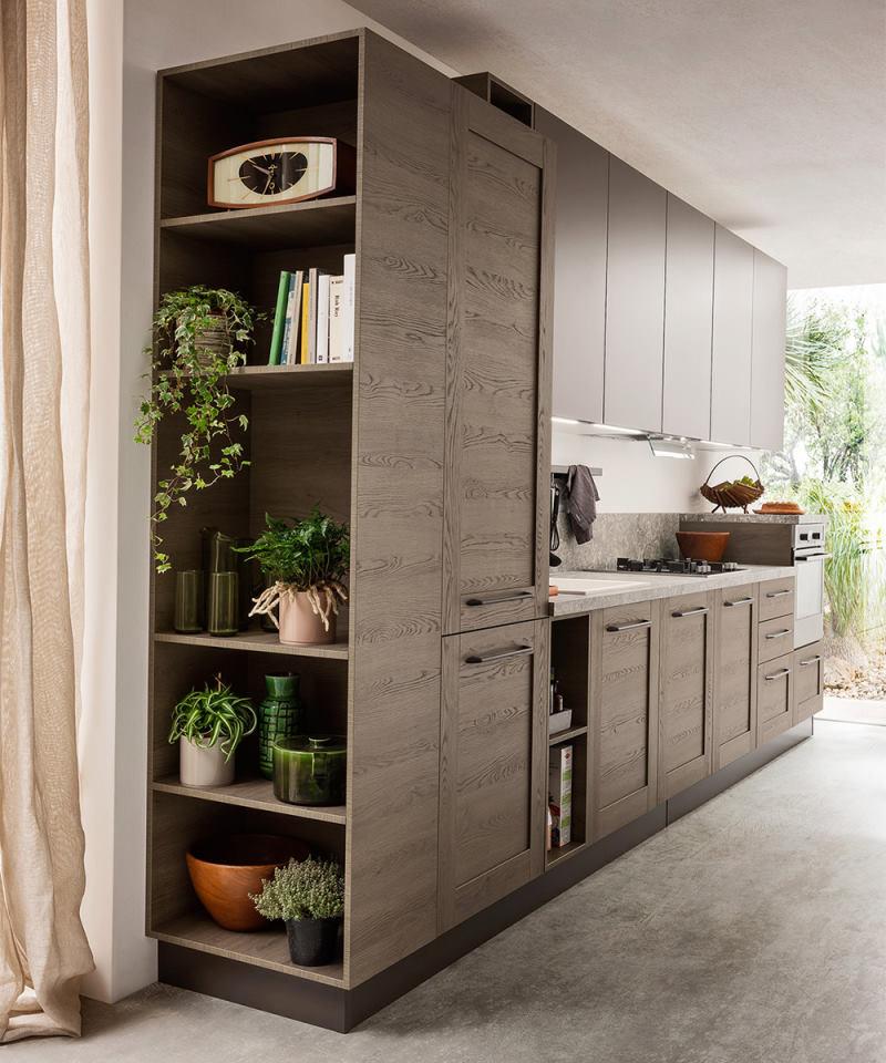 Cucina classica moderna con libreria laterale fronte ingresso - Fourty 02
