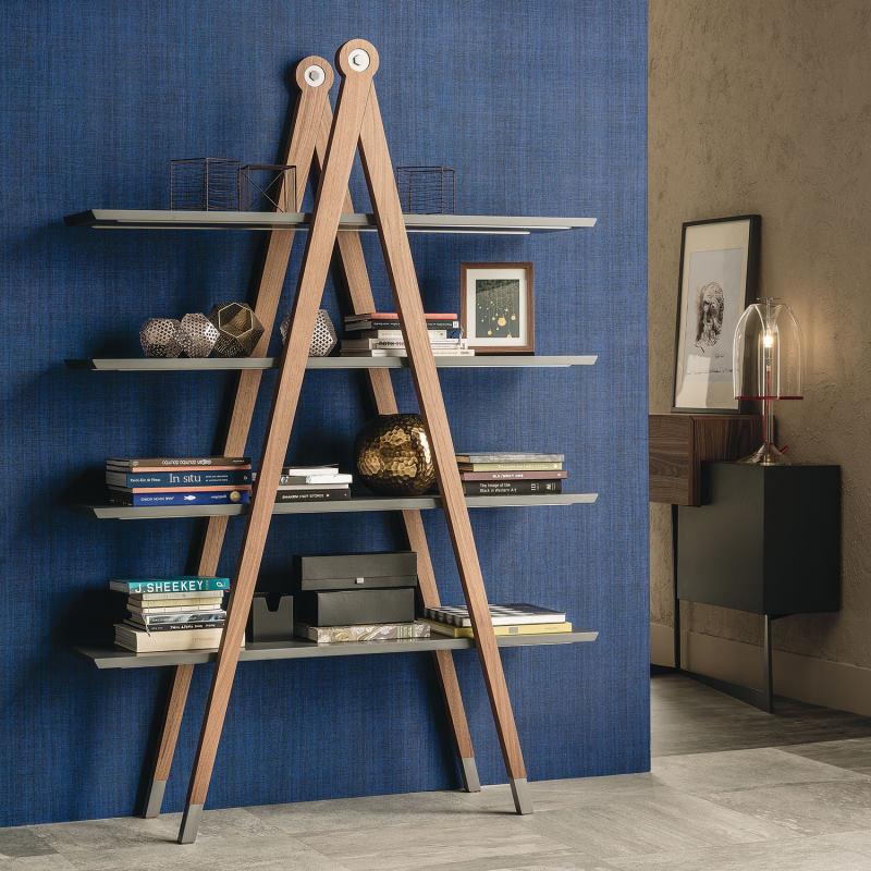Libreria di design che ricorda una scala o un compasso - Giotto