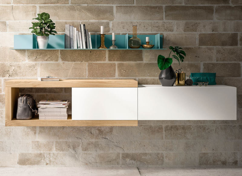 Composizione da ingresso con mensola a C in legno che integra contenitori sospesi bianchi - Plan