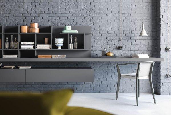 Si può creare un home office o angolo studio con mensolone, pensili e schienale con mensole.