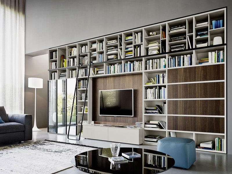 Parete attrezzata alta e larga con ripiani libreria e scaletta - Parete Way 09
