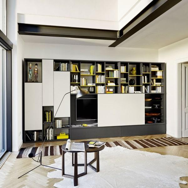 Grande parete attrezzata con libreria, basi grigie e ripiani gialli Way 13