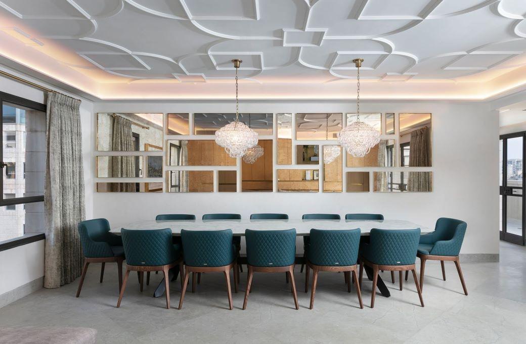 Grande tavolo di marmo con 12 sedie imbottite blu petrolio con gambe in legno massello