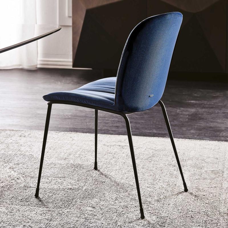 Sedia imbottita blu con gambe nere