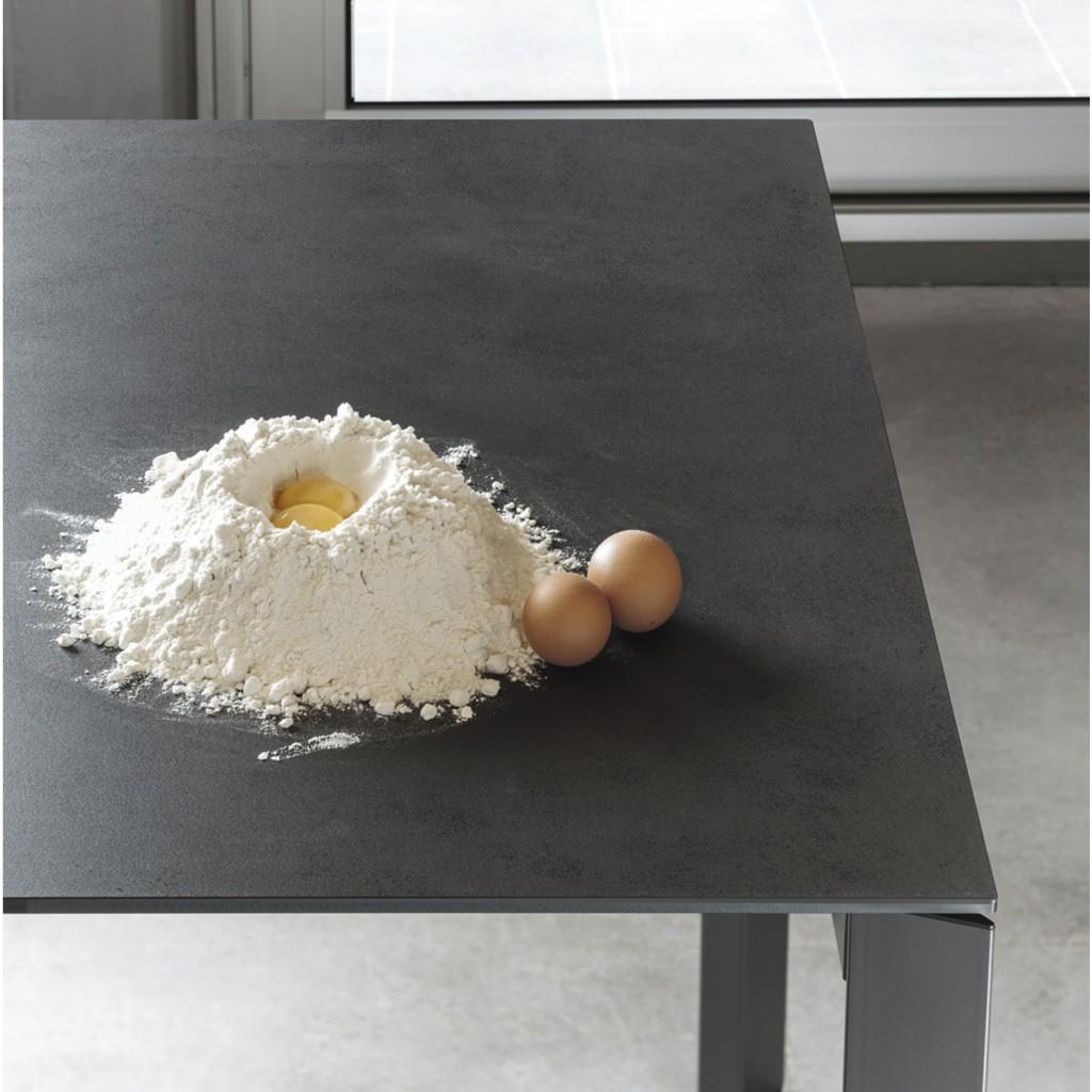 Dettaglio di un tavolo con piano in super ceramica color grigio antracite