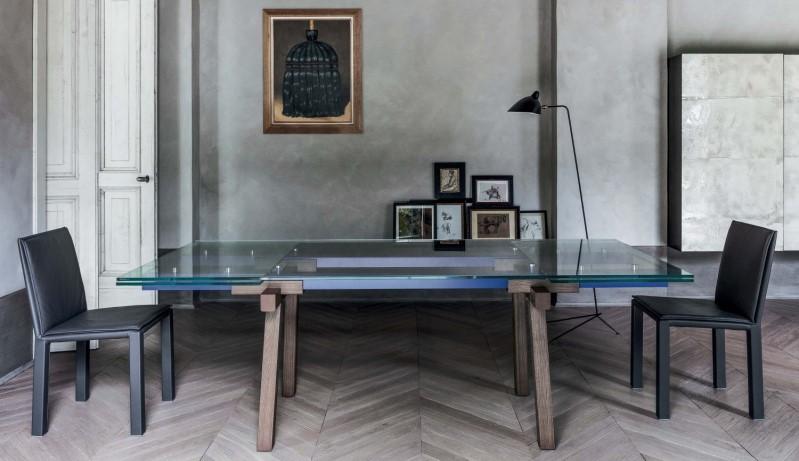 Tavolo allungabile in vetro con gambe in legno e binari blu