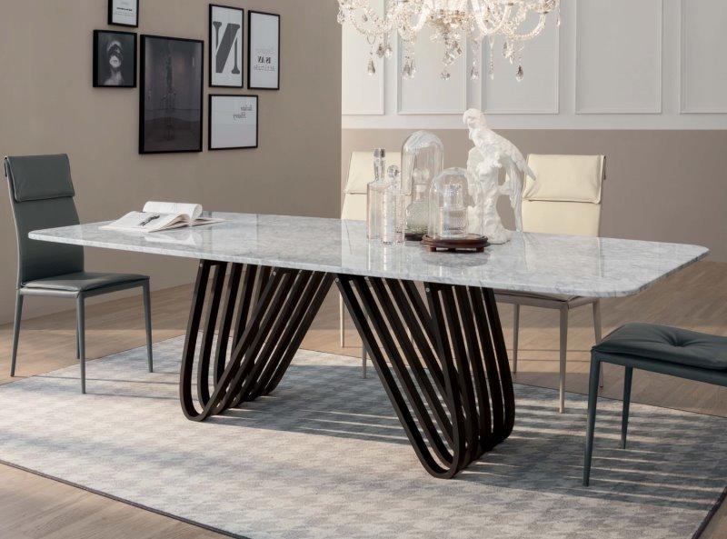 Tavolo di design con piano in marmo di Carrara e gambe in legno scuro - Arpa