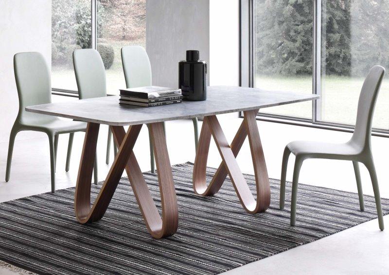 Tavolo con piano in marmo di Carrara bianco opaco, gambe in legno essenza noce canaletto - Butterfly