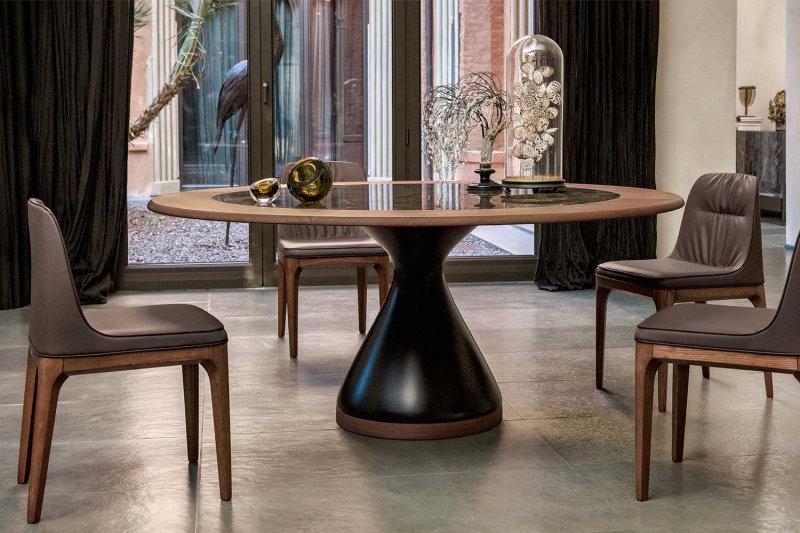 Tavolo con base a clessidra in agglomerato di marmo laccato opaco con piano in gres porcellanato con profilo in legno - Dolly
