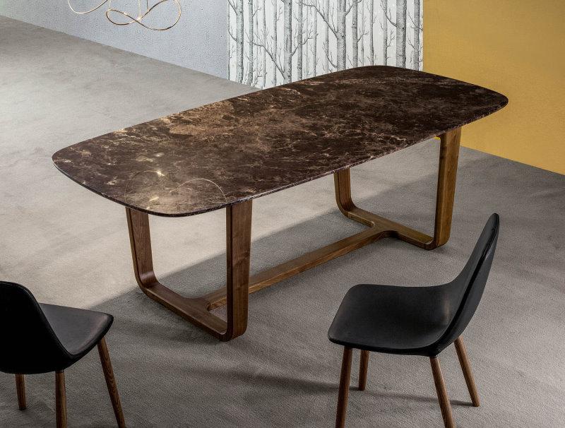 Tavolo con piano in marmo Emperador e gambe in legno massello noce americano - Medley